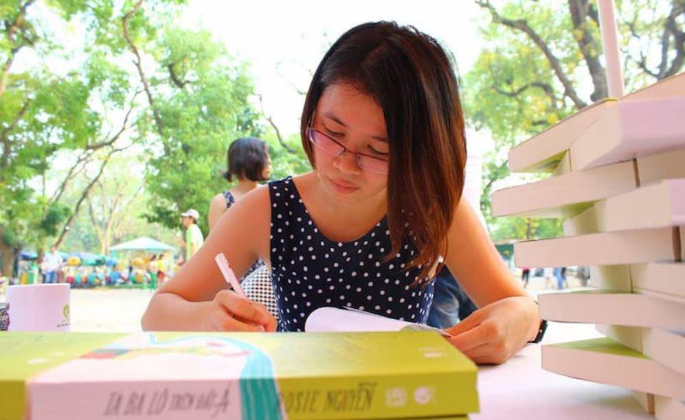 Rosie Nguyễn trong buổi ký tặng độc giả