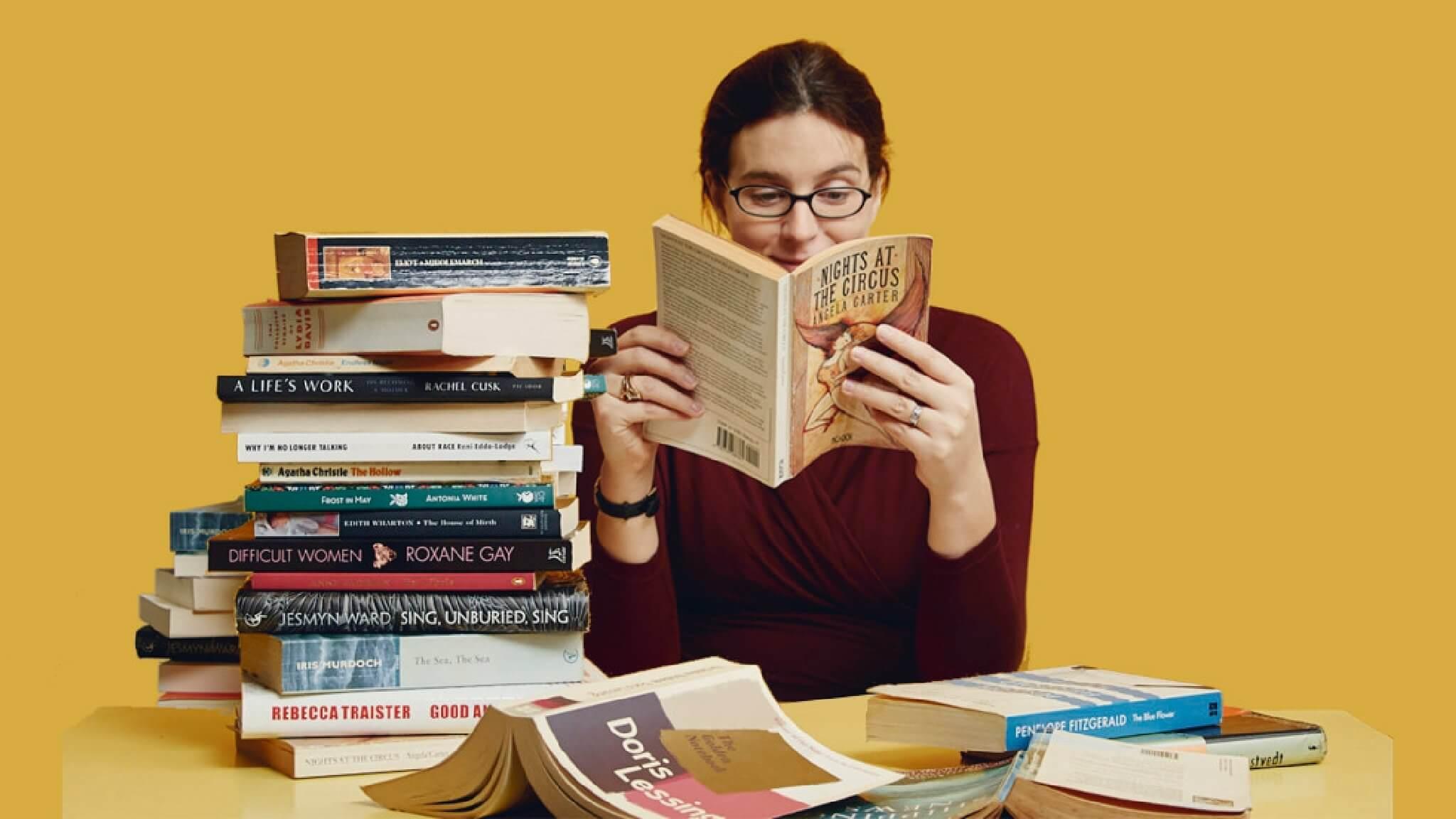 Một cô gái đang đọc sách