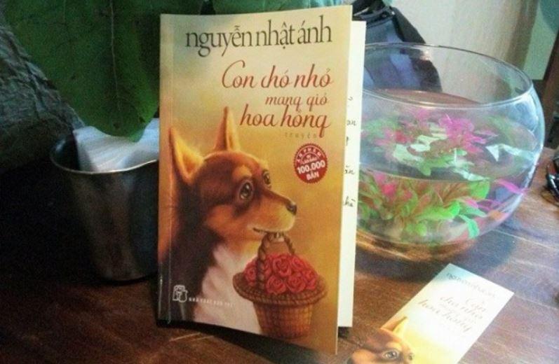 Review Con chó nhỏ mang giỏ hoa hồng