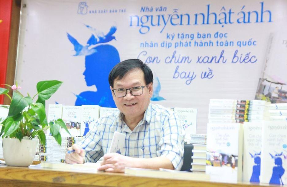 Nhà văn Nguyễn Nhật Ánh trong buổi ký tặng bạn đọc nhân dịp phát hành Con chim xanh biếc bay về