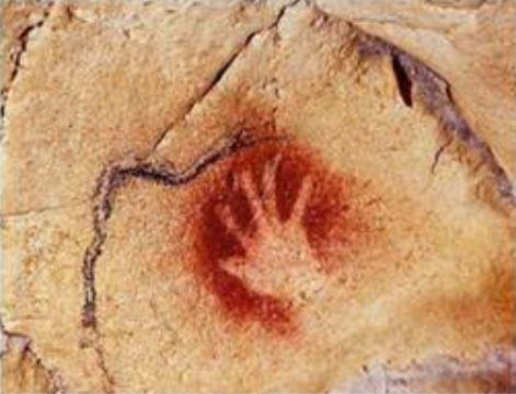 Một dấu tay con người làm khoảng 30000 năm trước - Sapiens Lược Sử Loài Người - Yuval Noah Harari